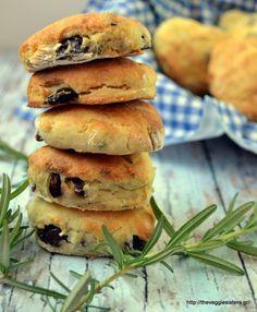 Vegan olive rosemary scones:one is never enough! Vegetarian Platter, Vegan Vegetarian, Vegetarian Recipes, Cooking Recipes, Vegan Food, Veggie Delight, Vegan Main Dishes, Unprocessed Food, Vegan Kitchen