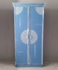 Ok so it might be Chalk Paint® in Greek Blue - but that's a Moroccan stencil if ever we saw one! This wardrobe is by Annie Sloan's Turkish Stockists matildarts. Blue Chalk Paint, Using Chalk Paint, Annie Sloan Chalk Paint, Diy Pallet Furniture, Chalk Paint Furniture, Cool Furniture, Upholstered Furniture, Furniture Styles, Neoclassical Interior