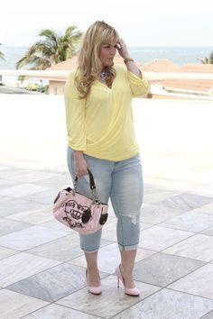 Plus Size Fashion - Barbie XL - http://barbiexl.blogspot.com. Blusa y pantalones vaqueros lindo, bolso y zapatos negativos