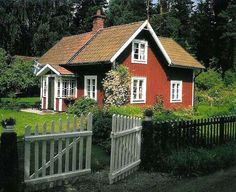 db – Swedish traditionall countryside house in the summertime Swedish Cottage, Cute Cottage, Cottage Style, Swedish Farmhouse, Small Cottages, Cabins And Cottages, Small Houses, Scandinavian Home, Nordic Home