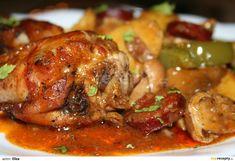 Kuře rozpůlíme a opečeme na zpěněné 1/2 cibule, vyjmeme ho, osolíme, opepříme a posypeme paprikou. Do pekáče nasypeme druhou polovinu pokrájené...