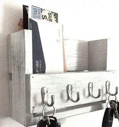 Ce magnifique porte-clés en bois rustique et le poster organisateur est fabriqué à partir de bois récupéré (principalement pin) que jai peint et en difficulté. Cela aura fière allure dans votre porte dentrée, le vestiaire ou la cuisine. Il mesure 12 x 8,25 x 4.25. Il est fait à la main et soigneusement poncé et fini. Il possède 4 crochets pour les clés et beaucoup despace pour le courrier.