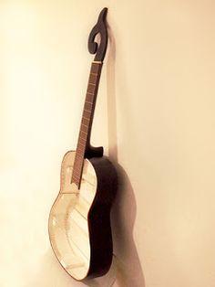 Estantería elaborada con una guitarra