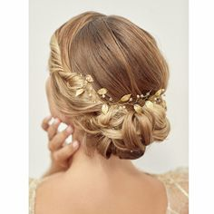 Pin Decor - Just another WordPress site Lehenga Hairstyles, Crown Hairstyles, Wedding Hairstyles, Bridal Hair Vine, Bridal Tiara, Bridal Headpieces, Bridal Jewelry, Bridal Hair Inspiration, Romantic Updo