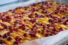 Mmmmm, deze lekkere cranberryplaatcake met appel stond Tweede Kerstdag bij ons op het menu: een plaatcake met cranberry's, appel en witte chocola.