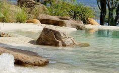 Piscina estilo praia artificial com revestimento Nassau da Cristal Pool