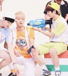Luhan shooting Tao with a sleeping drug and he just crumples right into his lap. Tao Exo, Chanyeol Baekhyun, Zi Tao, Exo 12, Exo Group, Exo Korean, Kim Minseok, Exo Memes, Pop Bands