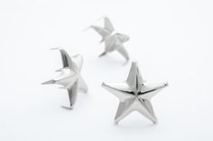 This star spans almost one inch from point to point, this 5 star silver stud ads a very nice touch to your projects. This stud is designed for a lighter material like thin leather or cloth, but can be used on almost anything. It has 5 point star with 10 p