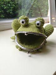 Ravelry: Frog Coin Purse pattern by Laura Sutcliffe - very cool