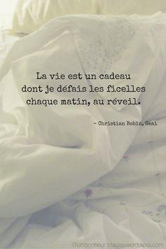 La vie est un cadeau dont je défais les ficelles chaque matin, au réveil. - Christian Bobin, Geai