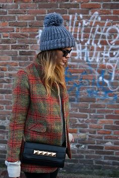 Top off the outfit with a cozy Pom Pom hat Fashion Blogger Style, Look Fashion, Womens Fashion, Fashion Trends, Tartan Fashion, Looks Street Style, Estilo Fashion, Look Vintage, Vintage Fall