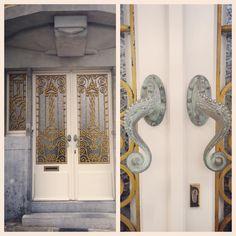 Nog een deur van architect Geo Henderick (129/365). Deze keer met geel smeedwerk. De deurkruk lijkt op de poot van een inktvis.