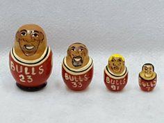希少ヴィンテージ90s NBA CHICAGO BULLSMATRYOSHKA90年代シカゴブルズマトリョーシカスウェット1996年1998年代神様マイケルジョーダン率いたBULLSジョーダンピッペンロッドマンが在籍していた黄金期ブルズ物の大変珍しいブルズ4選手マトリョーシカは一番大きい順でジョーダンピッペンロッドマンで最後の番小さい選手がなんと背番号7のクーコッチ選手といのが最高にNiceクーコッチ選手NBA96-98年クロアチア出身で最強のシックスマンの主要選手で主にピッペンロッドマン控えとしてプレーし96シーズンにはジョーダンピッペンに次ぐ得点をあげシックスマン賞を受賞してるだけにこのマトリョーシカにも選ばれたのであれば魅力があることも確かにGOOD90's人気ブルズグッズのマトリョーシカは今ではもちろん製造もしてなければ当時日本での発売はもちろん購入方法もまずなかった希少ブルズ物ヴィンテージアイテムだけにブルズコレクタージョーダンマニアの方にこの機会に是非とも激アツグッズですね…