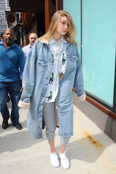 Gigi Hadid Athleisure Outfits That You Can Try - Nona Gaya Kendall Jenner Gigi Hadid, Gigi Hadid Outfits, Estilo Gigi Hadid, Gigi Hadidi, Bella Hadid Style, Double Denim, Athleisure Outfits, Looks Style, Cropped Hoodie