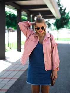 Jeanskleid, Rosa Jacke, Somomerlook, braune Tasche, Blond, Streetstyle, Fashion, Espadrilles, Fashionblogger, Lakatyfox, Blogger, Endless Summer, rosa, pink, jeans,