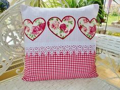Charming pillow cover, red Vichy diamonds and white Baumwollstoff.Das are highlights of this cushion cover the heart sewn on Applikationen.Der roses fabric was rimmed by me with a Red satin stitch on your embroidery machine. On the lower side decorated with a Plauen lace Welt. This beautiful pillow is an asset to anyone who loves the special. With hidden zipper on the back. Size: 40x40cm size: 15, 75 x 15, 75 inch Without inner pillow Cushion cover Materials Material 100% cotton Tip. 100%…