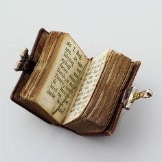Miniatuur bijbeltje, leer met zilverbeslag.