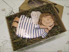 Andělíček Andílek ručně a s láskou modelovaný z šamotové hlíny,asi 13 cm na délku.Je dodáván v luxusní krabičce z vlnité lepenky v přírodní barvě a s oválným průhledným okýnkem.Je uložený do voňavého sena se sušenými lístky květin a levandule.Každý andělíček je originál. Christmas Clay, Christmas Crafts, Pottery Angels, Handmade Angels, Polymer Clay Ornaments, Ceramic Angels, Angel Crafts, Hand Built Pottery, Clay Figures