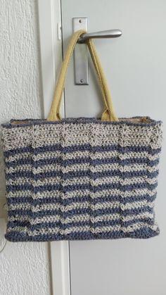 Vorig jaar heb ik 3 (AH) tassen omhaakt, de Shop-Sas-tassen, zie hier.  Een tas was voor mijn moeder, eentje was een cadeautje voor mijn nic...
