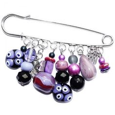 Zilverkleurige broche met kralen en glaskralen in lila en roze tinten.