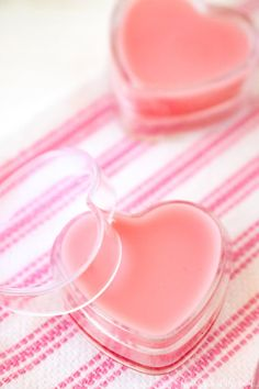 Valentine Strawberry Lip Gloss DIY Strawberry Lip Gloss is perfect for kissable lips! Cute Valentine treat in these fun heart containers. This whips up in minutes and tastes & smells great! Homemade Lip Balm, Diy Lip Balm, Beauty Hacks Lips, Diy Beauty, Homemade Beauty, Ecommerce, Strawberry Lip Balm, Diy Lip Gloss, Lip Balm Recipes