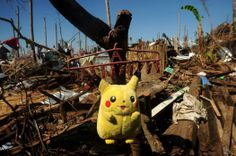 Un peluche de la serie animada 'Pokemón' es secado entre los escombros de casas destruidas en Palo (Filipinas). (AFP/NOEL CELIS/VANGUARDIA LIBERAL)