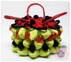 Qué os parece esta Tarta de Chuches en forma de cesta para #Halloween #Alicante #Petrer #Elda #tartachuches #ditartas #reposteriacreativa