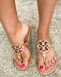 Toe Ring Sandals, Sandals Outfit, Cute Sandals, Cute Toes, Pretty Toes, Feet Soles, Women's Feet, Foot Love, Beautiful Toes