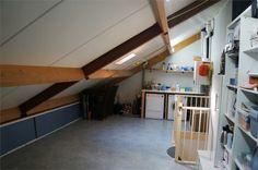 De ruime zolder biedt genoeg ruimte voor het opbergen van uw spullen. Ook is het mogelijk voor het maken van een extra slaapkamer.