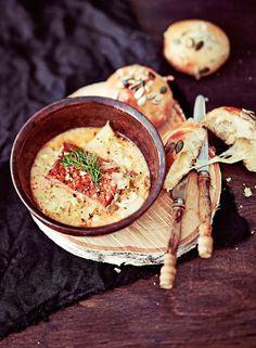 Viattomilta näyttävissä sämpylöissä yllättää muhkean valuvainen juustosydän. Parhaalta sämpylät maistuvat uunilämpiminä.