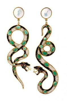 Emerald Earrings Diego Percossi Papi snake earrings with emeralds - if I were in slytherin (and rich) these would be perfect Snake Earrings, Snake Jewelry, Emerald Earrings, Animal Jewelry, Jewelry Box, Jewelry Accessories, Fine Jewelry, Jewelry Design, Drop Earrings