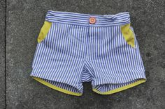 Since summer is finally arrived, my little bean was in need of shorts. Time to try out the Sunny day shorts by Oliver + S Patterns. It`s a free pattern for basic shorts. Sewing Patterns For Kids, Sewing Projects For Kids, Sewing For Kids, Short Niña, Jupe Short, Sewing Kids Clothes, Kids Clothing, Baby Pants, Kids Shorts