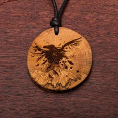 Rabe - Ketten Holzschmuck aus Naturholz / Anhänger Rabe, Wood Burning, Wood Art, Jewelry Ideas, Biscuit, Washer Necklace, Christmas Ornaments, Holiday Decor, Amazing