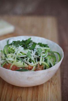 Zucchini-Spaghetti und Tomatensauce mit überraschender Creme | Carrots for Claire