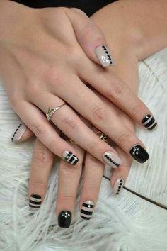 como-hacer-uñas-de-gel-en-negro-y-gris-decoración-circón Finger, Nail Technician, Nail Arts, White Nails, Pretty Nails, Manicure, Nail Designs, Lily, Makeup