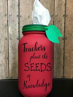 Mason Jar Crafts – How To Chalk Paint Your Mason Jars - Steaten Mason Jar Projects, Mason Jar Crafts, Mason Jar Diy, Bottle Crafts, Apple Mason Jar, Chalk Paint Mason Jars, Painted Mason Jars, Pots, Mason Jar Flowers