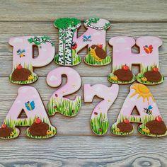 Вот и остальная часть ежиковой истории ) А если бы вас на буквах попросили изобразить ежиков, как бы вы это обыграли? Мне сразу представилась полянка ))) 〰〰〰〰 Все буквы можно посмотреть здесь #gbvika_буквы  〰〰〰〰 #имбирныепряники #пряники  #козули #сладкийстол #candybar  #праздник #пригласительные #комплимент  #cookies #cookidecor  #ручнаяработа #handmade  #royalicing  #казахстан #астана #караганда #алматы #павлодар #сувенир #назаказ #подарок #pvl  #love