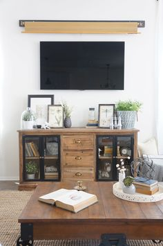 Creative TV Wall Design Ideas for Home Minimalist - Living Room Tv, Formal Living Rooms, Home And Living, Tv Cover Up, Tv Escondida, Tv Over Fireplace, Hidden Tv, Farmhouse Side Table, Home Upgrades