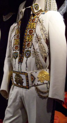 The Indian suit today at Graceland with the original belt used only in 1975 . In 1976 and 1977 Elvis used an alternate belt as we can see here in Evansville.