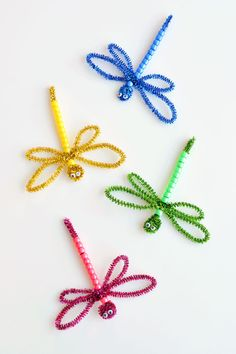 These beaded pipe cleaner dragonflies are SO CUTE! All you need are pipe cleaners, plastic pony beads and googly eyes and you can whip one up in less than 5 minutes! This is such a fun kids craft that they can actually plHow to Make Beaded Pipe Clean Summer Crafts For Kids, Crafts For Kids To Make, Spring Crafts, Crafts For Teens, Projects For Kids, Kids Crafts, Summer Crafts For Preschoolers, Art Projects, Summer Kids