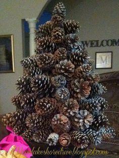 Kerstboom met dennenappels
