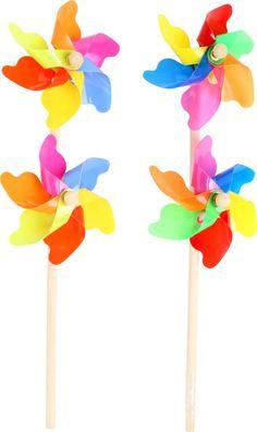 Windrad im Doppel - 2er Set. Windräder im Doppelpack bringen doppelt Spaß im Gartenbeet oder auf dem Balkon. In wunderschönen bunten Farben drehen sie sich um die Wette und bringen Schwung in den heimischen Garten. Auch kleine Kinder spielen gerne mit diesen Windrädern und pusten so fest, bis sie sich drehen.  ca. 37 x 11 x 6 cm