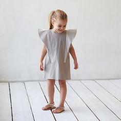 Платье с выразительными двойными крыльями .Диалог архитектуры с модой )это о нёмЛюбимый бежевый,3 тона ,ткань -плотный джинсовый хлопок.Варианты цветов : серый,бежевый.Размер в наличии : 110.На заказ: 92,98,104,110,116.Цена: 7000.Все вопросы и оформление заказа в what's app: +79126365902.#miko_kids #conceptkidswear #dressforgirl #большечемплатья