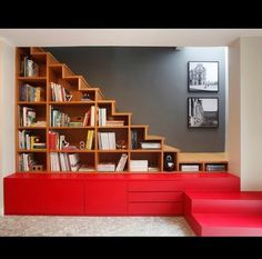 Aproveitando espaço embaixo da escada.