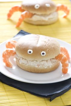 Crab sandwich recipe (in Spanish). Use egg substitute & tuna salad if allergic to seafood and be creative for alternate food item for legs. Cute Food, Good Food, Yummy Food, Crab Sandwich, Childrens Meals, Food Humor, Creative Food, Food Items, Food Design
