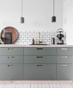 Check this out! Great color combinations with grey, green, and green-grey cabinets. Also, perfect use of subway tiles. Hats off and thanks for a great pic The faucet is our with pull-out hand shower. Apartment Projects, Cheap Apartment, Grey Cabinets, Kitchen Cabinets, Little Kitchen, Minimalist Kitchen, Kitchenette, Unique Home Decor, Home Decor Inspiration