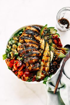 Grilled chicken salad with balsamic dressing and grilled vegetables. An easy paleo dinner for the whole family! How to grill chicken. Paleo recipes for beginners. Balsamic Grilled Chicken, Grilled Chicken Recipes, Summer Salad Recipes, Summer Salads, Paleo Dinner, Dinner Recipes, Dinner Ideas, Salad With Balsamic Dressing, Salad Dressing