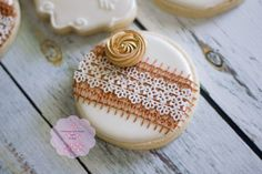 Burlap and lace decorated sugar cookies from Whimsical Cake Designs and Cookies Royal Frosting, Royal Icing Cookies, Lace Cookies, Sugar Cookies, Graduation Cookies, Graduation Ideas, Lace Baby Shower, Wedding Shower Cookies, Sugar Lace