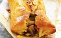Dematakia with chicken, onions and plefrotous Charcuterie, My Favorite Food, Favorite Recipes, Snack Recipes, Snacks, Spanakopita, Mediterranean Recipes, Greek Recipes, Creative Food