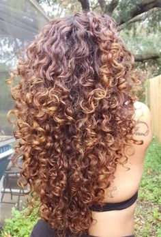 layered curly hair 56 Hottest Long Curly Hairstyles that You're Going to Want to Copy Curly hair is unique. It bends and curves and coils. Because of all the twists and turns, it can Curly Hair Tips, 3a Hair, Messy Curly Hairstyles, Curly Hair Layers, Long Layered Curly Hair, 1980s Hairstyles, Long Curly Haircuts, Relaxed Hairstyles, Gray Hairstyles